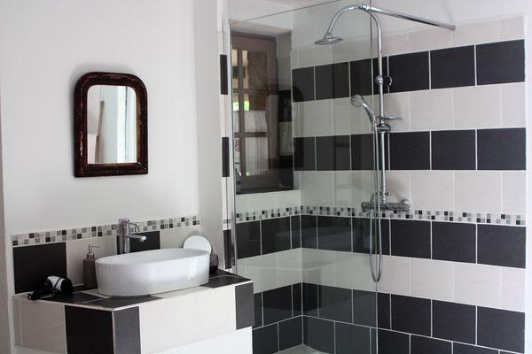 la Pébrunelle-Puy d'Arnac - chambre 2 salle d'eau (2)