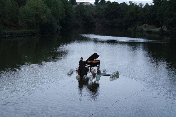 piano sur l'eau