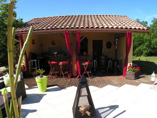 Pool house salon été. Salon d'été, 2 BBQ, frigo, bar, douche solaire ext, ...