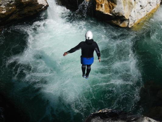 Rando aquatique-le saut dans la piscine à bulle