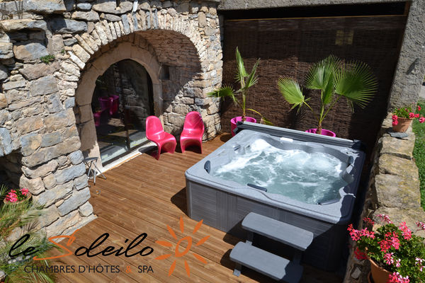 Suite Soleil Eau Spa avec jacuzzi hammam terrasse privative vue Gorges du Tarn
