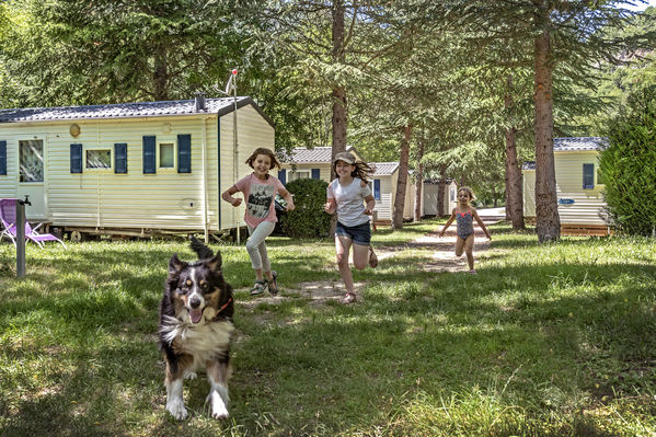 filles-allee-camping