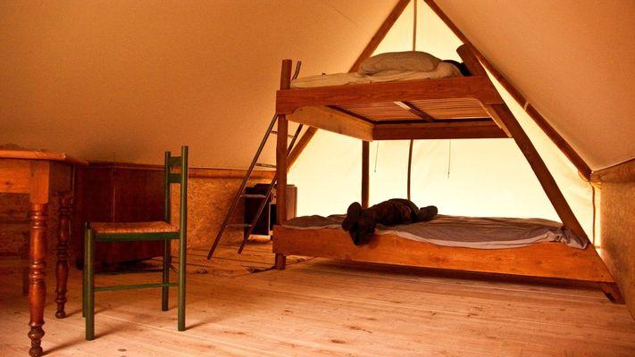 Aire-naturelle-Le-Bousquet-BEDOUS-Interieur-tente-trappeur-2