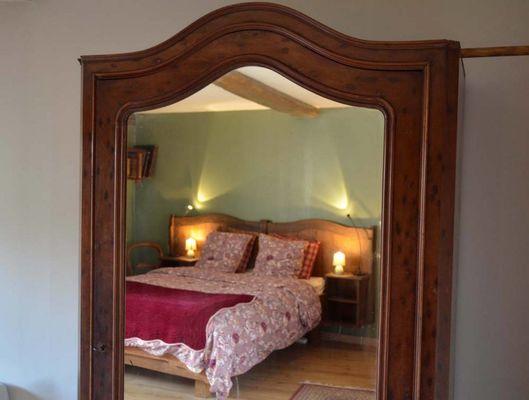 Chambre-Agathe-lit-rouge-3-2