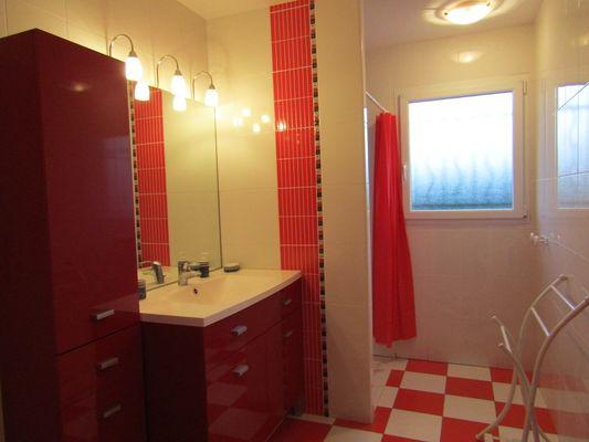 Lestage rouge - salle d'eau