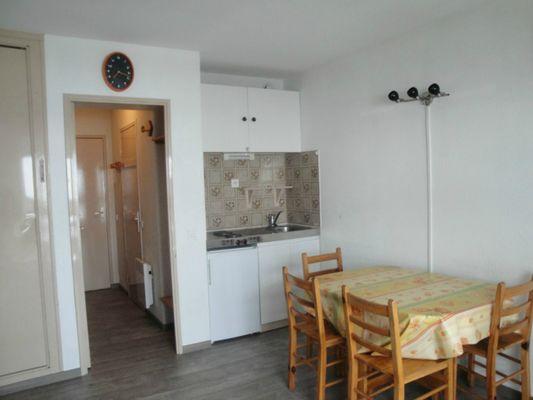 Studio Migné - Coin cuisine dans séjour