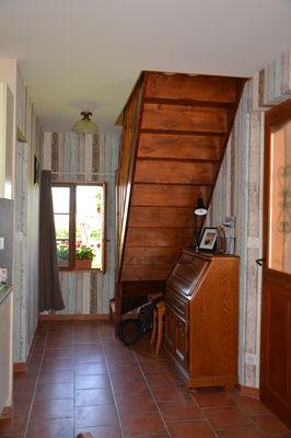 coin bureau et montée d'escalier vers les chambres