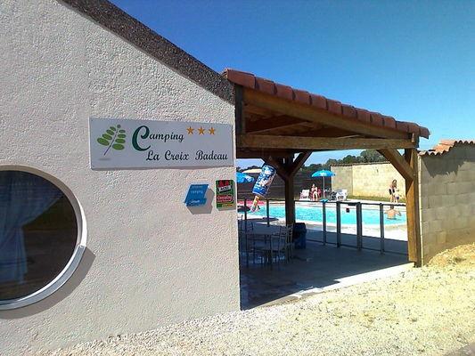 Camping La Croix Badeau - vue vers la piscine