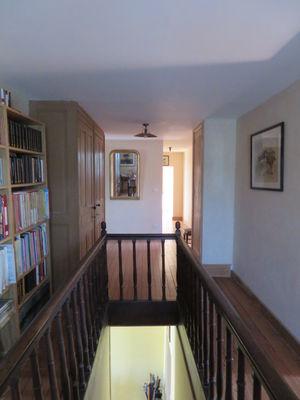 Couloir avec bibliothèque