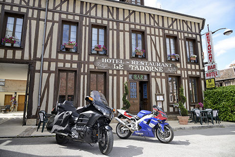hotel-restaurant-le-tadorne-galerie-parking-motos