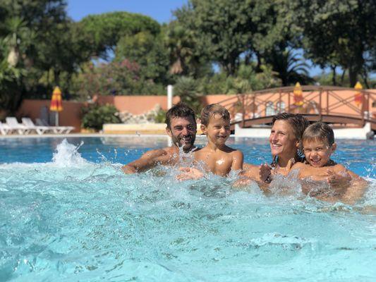 Jacuzzi-famille-plus-camping-les-galets-argeles-2019