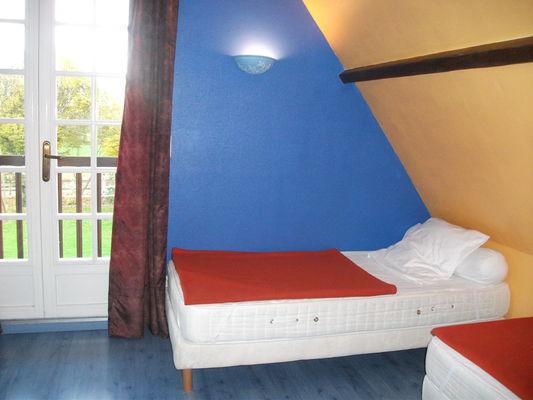 Quiberville - Gîtes Basse Saâne - Village - chambre lits simples étage