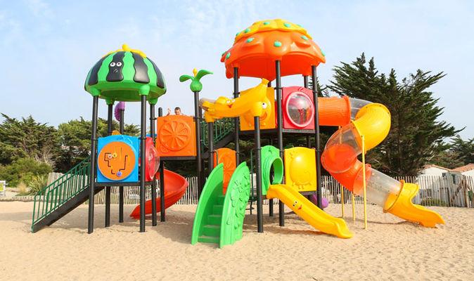 espace-jeux-exterieur-enfants-village-vacances-petit-bec