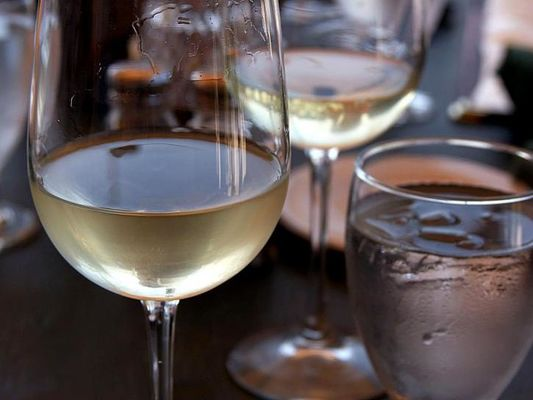 glass-of-white-wine-725x544
