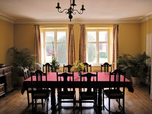logis03 dining room (700x525)