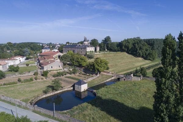 parc-du-chateau-de-l-hermenault-85570-02