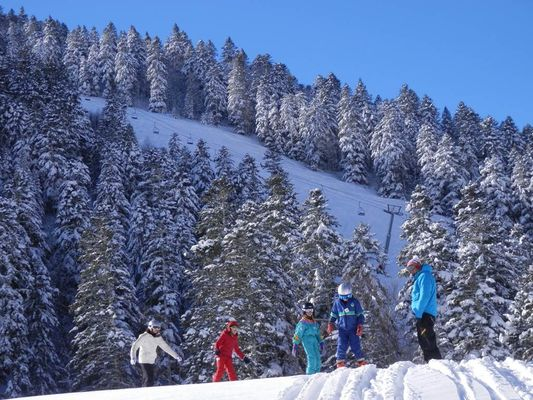 skieurs en famille à Ascou