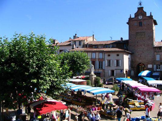La place du marché de Verdun sur Garonne
