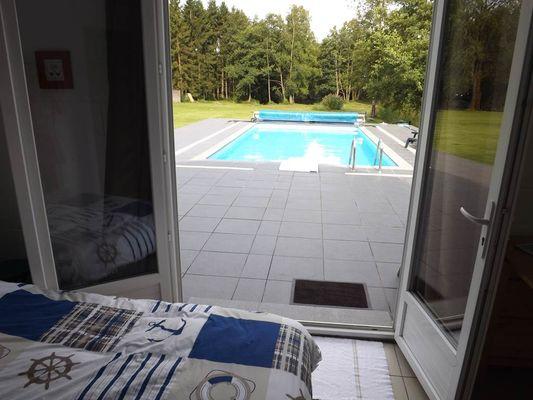 la chambre avec vue sur la piscine