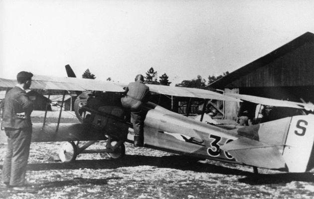 Roland GARROS montant à bord de son SPAD XIII