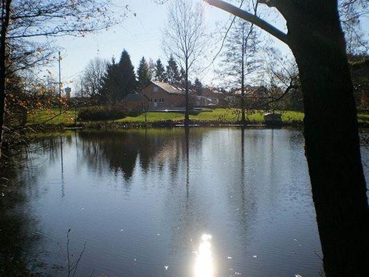 la maison vue par le côté du lac