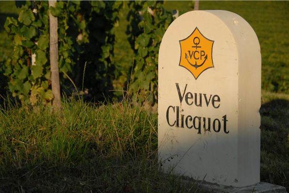 Borne Veuve Clicquot dans le vignoble