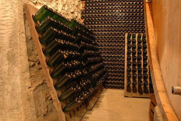 Cave et bouteilles