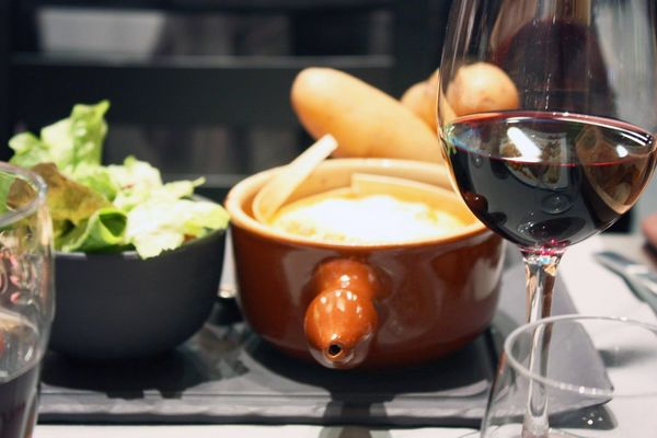 Avec la neige, rien de mieux qu'un bon Délice de l'Auberge, une fondue ou une raclette!