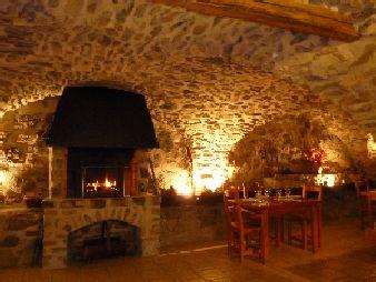 La cheminée dans la salle voûtée
