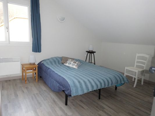Chambre grand lit Location Meublé PELLEGRIN Emilie Buissard