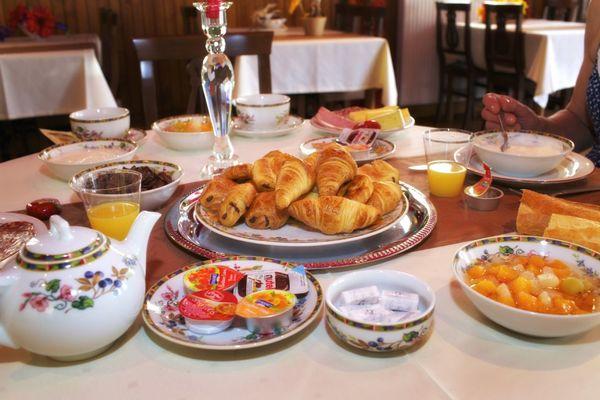 champagne 52 langres hotel la poste petit dejeuner.