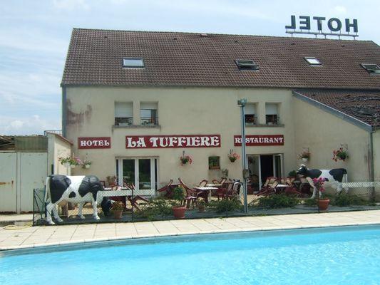 champagne 52 rolampont hotel la tuffiere facade piscine.