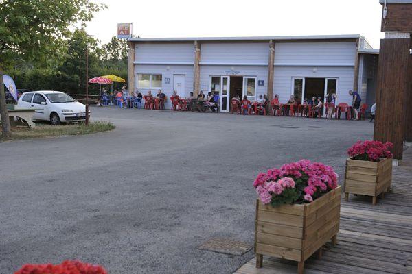 champagne 52 villegusien camping camping du lac restaurant exterieur.