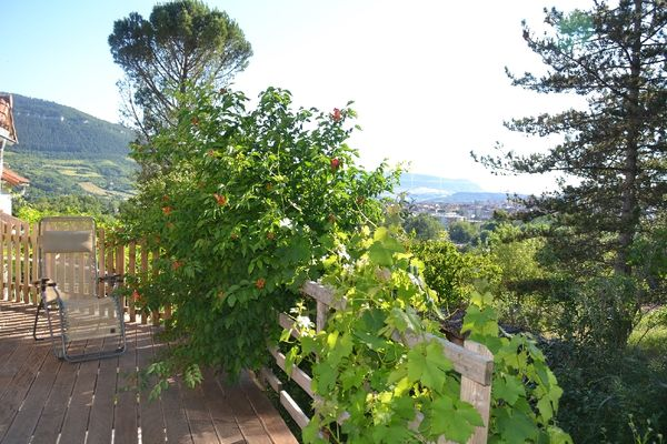 Vue sur le viaduc depuis une terrasse