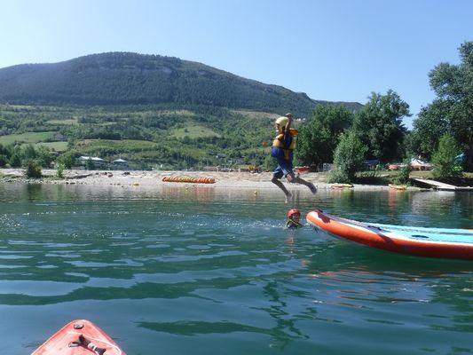 Stage KID: de 6 à 9 ans le stade d'eaux vives de Millau propose des stages adaptés au tout petits, aprendre a sauter dans l'eau, nager dans le courant et d'autres aventures !
