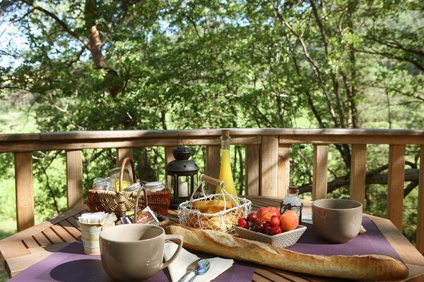 Cabane de Lily en Aveyron- Petit déjeuner sur la terasse