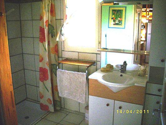 Gîte le Cigalon salle d'eau