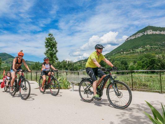 Balade VTC électrique en famille sur les pistes cyclables de Millau