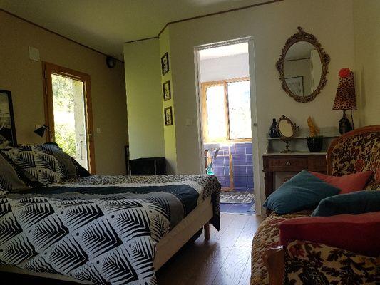 Le Mas Albizia - Vue chambre avec banquette vintage