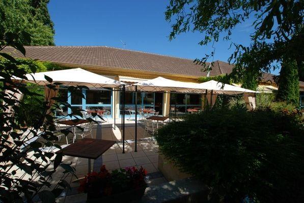 champagne 52 hotel les dhuits colombey les deux eglises facade.