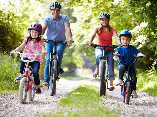 Une famille à vélo