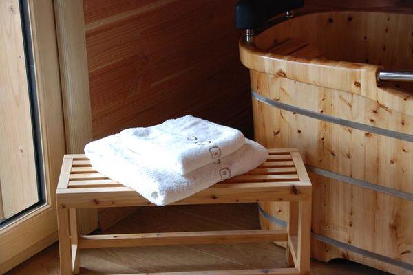 Serviettes de bain sur banc cabane la bourousais - MAURE DE BRETAGNE