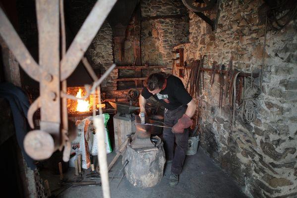 Maréchal ferrant dans la forge