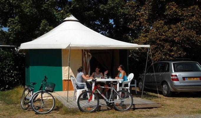 bungalow-toile-camping-le-parc-de-vaux-ambrieres-les-vallees-53-hlo-1