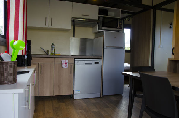 HPA53-chalet-interieur-living-cuisine-01-camping-evron