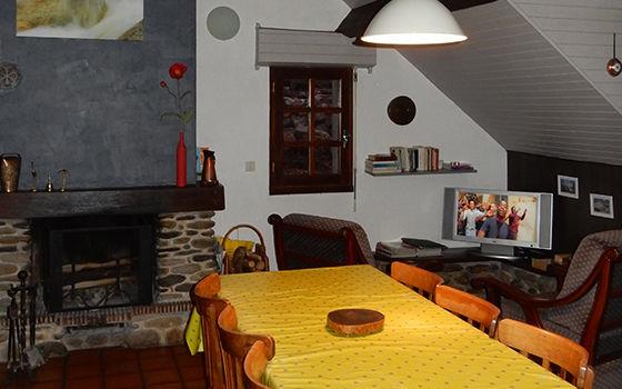 A-salon-gris-gedre-HautesPyrenees
