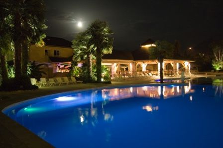 piscinenocturne-campingles3vallees-argelesgazost-HautesPyrenees-creditbernardlautier.jpg
