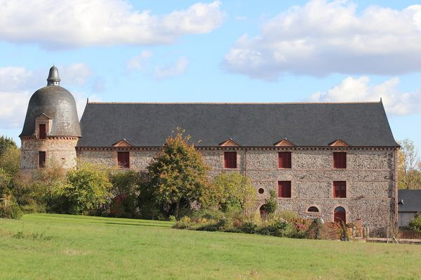 grand bâtiment des servitudes avec son colombier