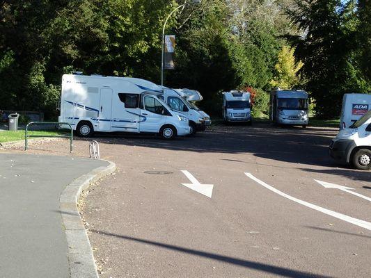 Aire de stationnement pour camping-cars en face de la Basilique de Lisieux parking