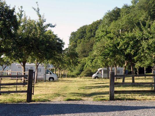 Aire pour camping-cars Le Lieu Chéri à Ouilly le Vicomte près de Lisieux parking sous les pommiers
